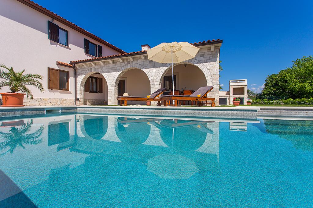 Casa Mia - Ferienhaus In Istrien Zentral Eine Feuerstelle Am Pool